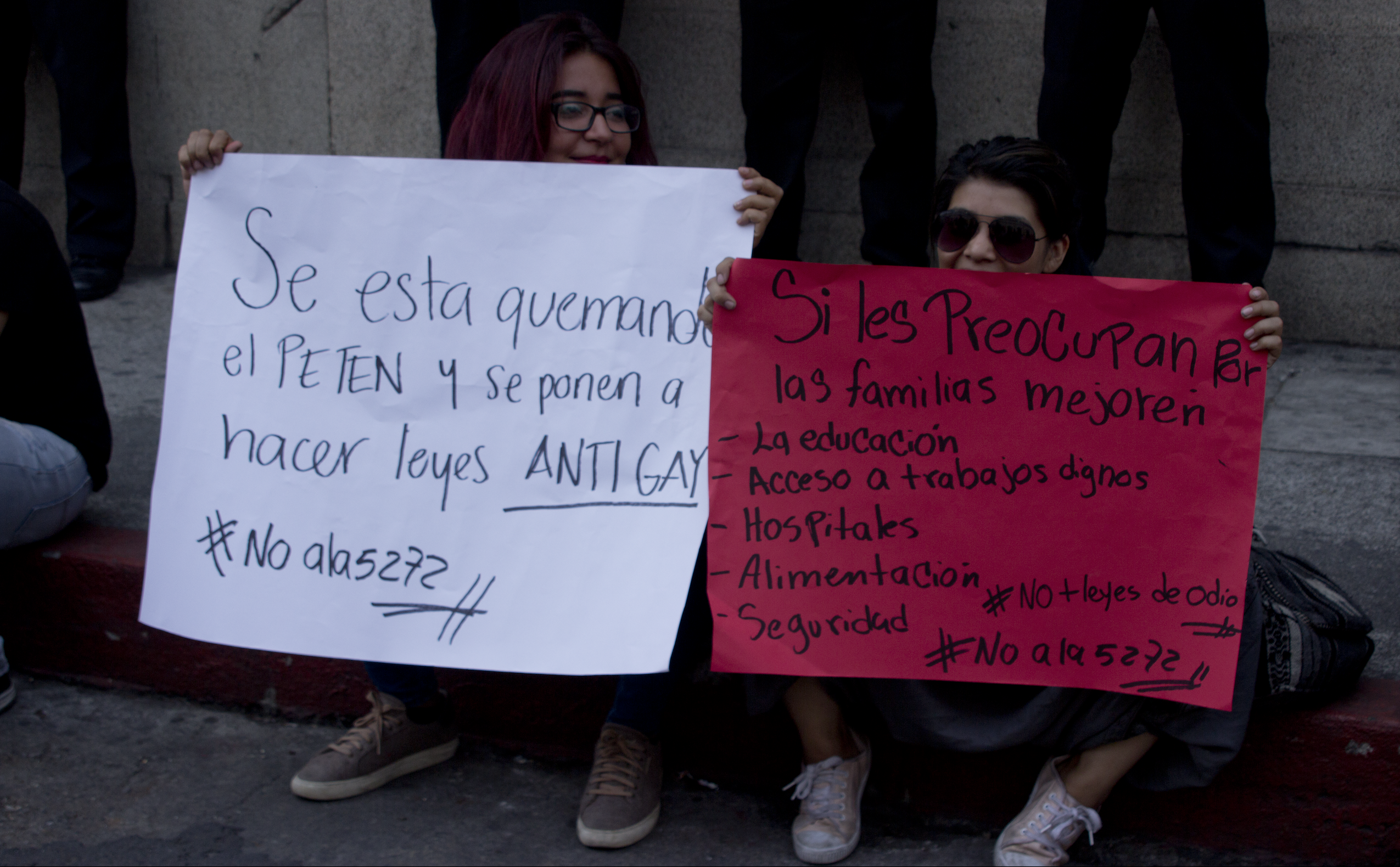 Manifestantes en contra de la inciativa de ley 5272, fuera del Congreso.