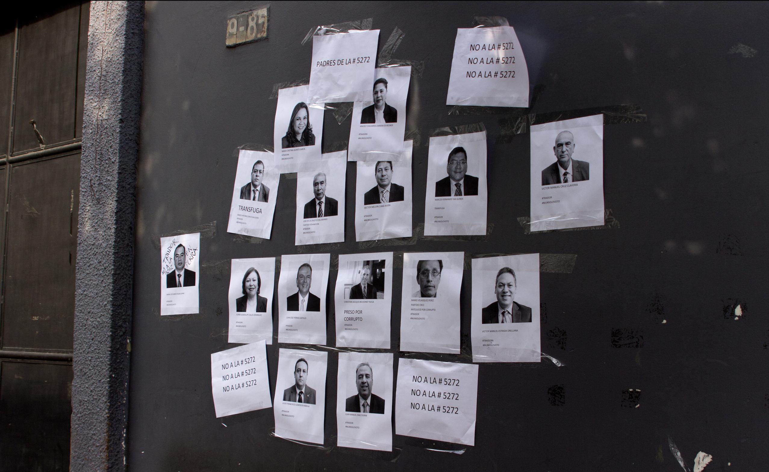 Manifestantes colocaron fotografías de los diputados que apoyan la iniciativa de ley, fuera del Congreso.