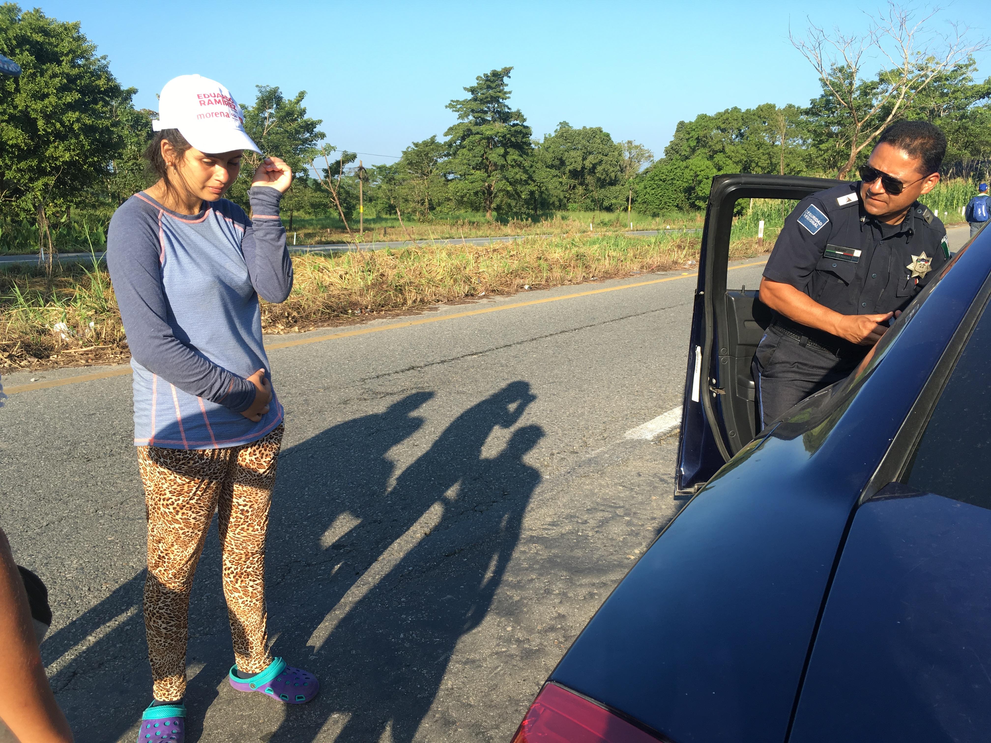 Una mujer sufre fuertes cólicos mientras camina acompañada de la caravana migrante. Foto: Lucía Reinoso