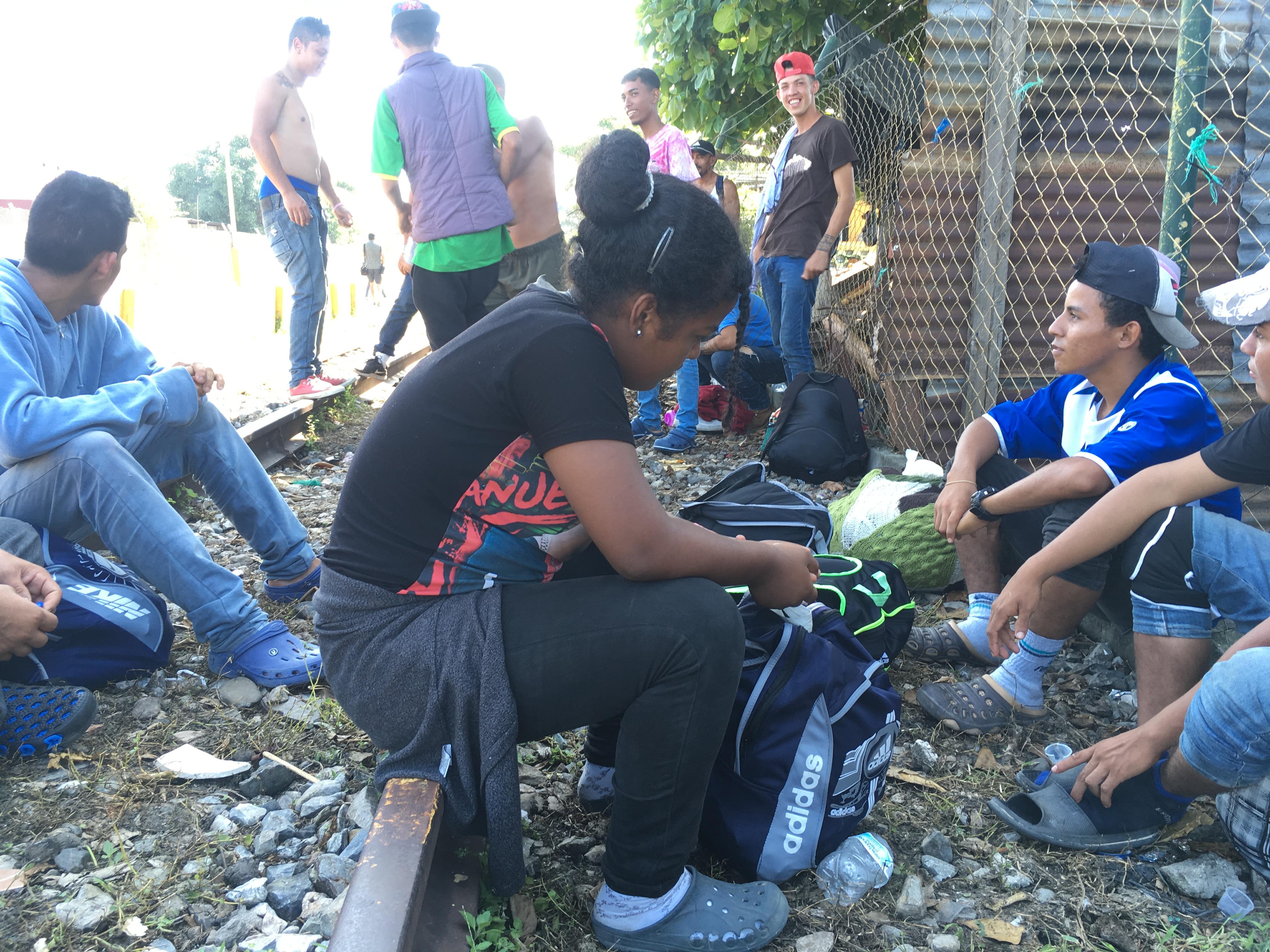 Una mujer es acompañada por un grupo de jóvenes durante la caravana, ninguna mujer más la acompaña. Uno de ellos dice que ella es su novia. Foto: Lucía Reinoso.