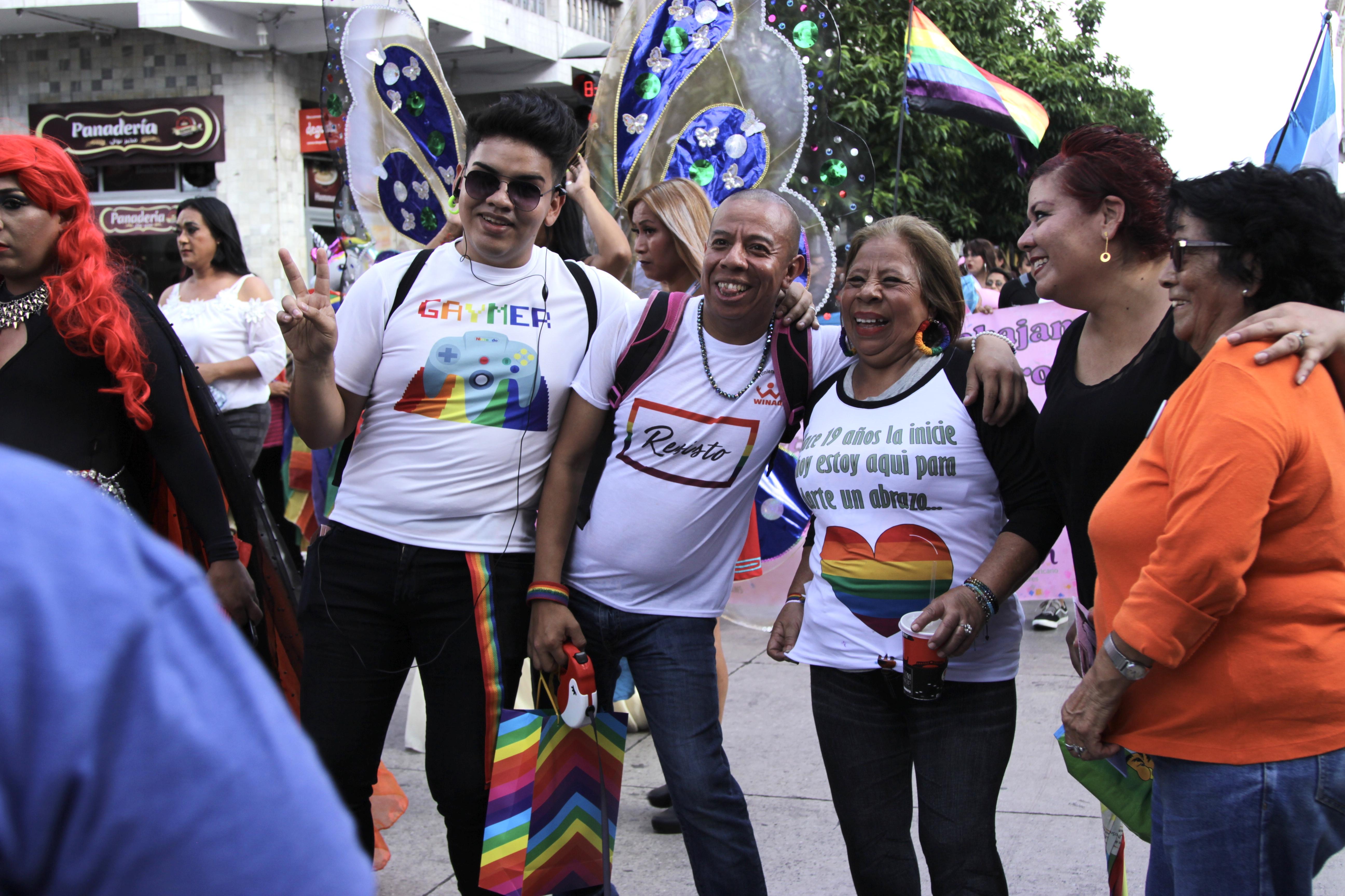 Simpatizantes de Aldo Dávila detienen su paso para tomarse fotografías con él y su mamá. Foto: Lucía Reinoso