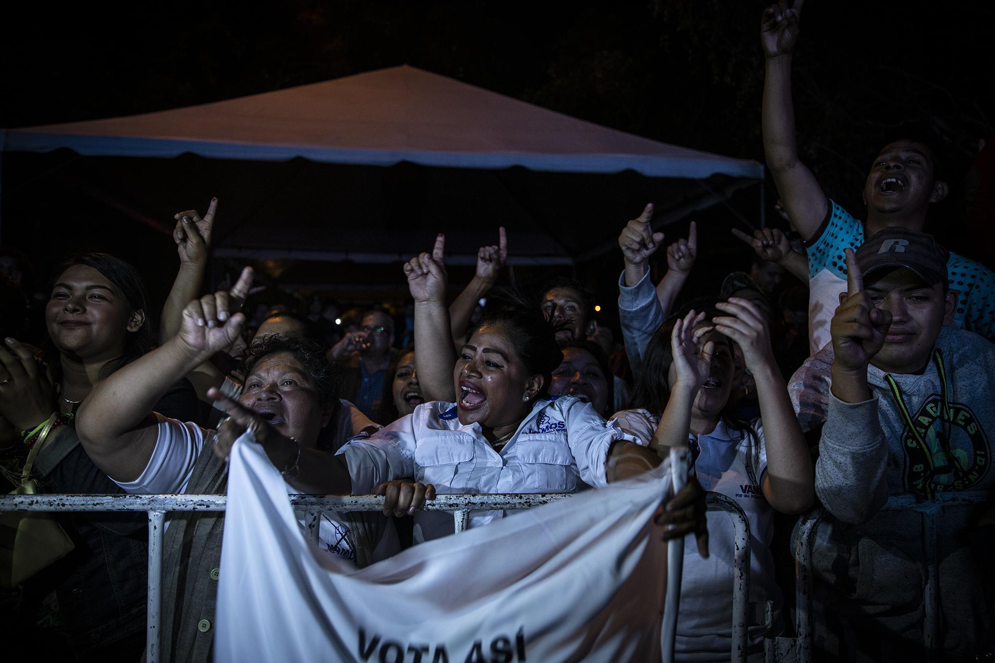 Correligionarios del partido Vamos, durante la celebración del triunfo del candidato Alejandro Giammattei, la noche del 11 de agosto de 2019, sobre la 5.a avenida de la zona 10, de la capital guatemalteca. Foto: Carlos Barrera/El Faro