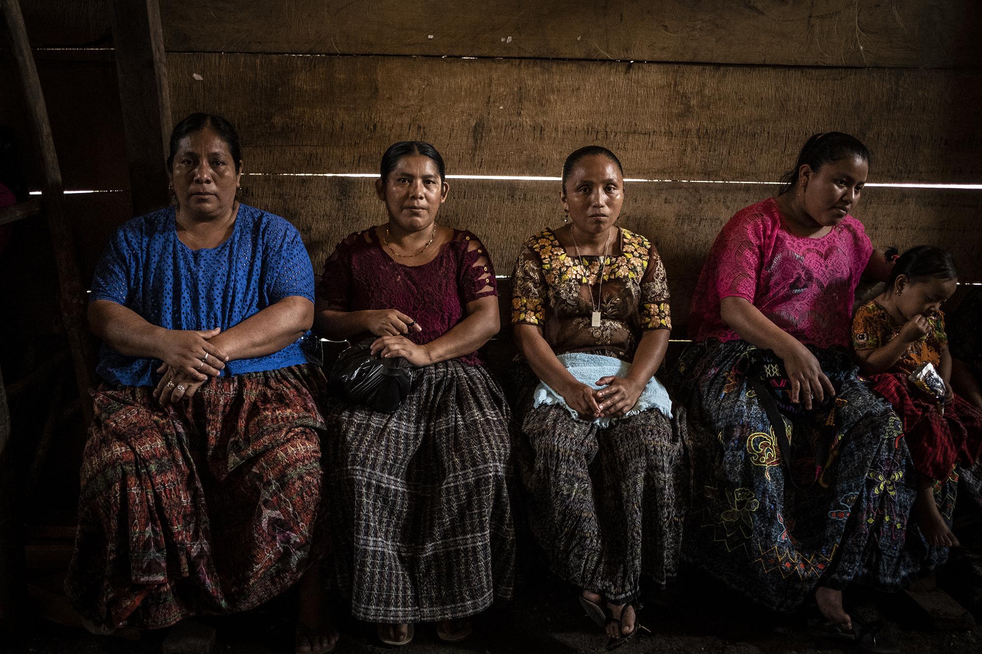 Las lideresas Ana Consuelo Romero,MaríaMagdalenaTiulPaki,BarbinaBacokyMaríadel Carmen CaXekal de Fray Bartolomé de las Casas, departamento de Alta Verapaz. Estas mujeres son parte vital de la comunidad porque son las que deciden aspectos relacionados a su vida diaria. Esta foto fue tomada un día antes de la segunda vuelta electoral presidencial en Guatemala, el sábado 10 de agosto de 2019. Las mujeres aquí son parte vital de la sostenibilidad de la comunidad. Por ejemplo, ellas administran un proyecto de filtros de agua que llevó una organización llamada Sagrada Tierra. Tal es su protagonismo que los políticos las buscan a ellas para conregar a la gente del pueblo. Foto: Carlos Barrera/El Faro
