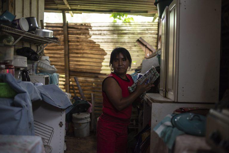 La  guatemalteca Elizabeth  Tambriz es  trabajadora  doméstica,  una  de  las  250,000 mujeres  que  limpian, cocinan  y cuidan  niñospara  ganarse  la  vida. Foto\Julio Serrano Echevarría