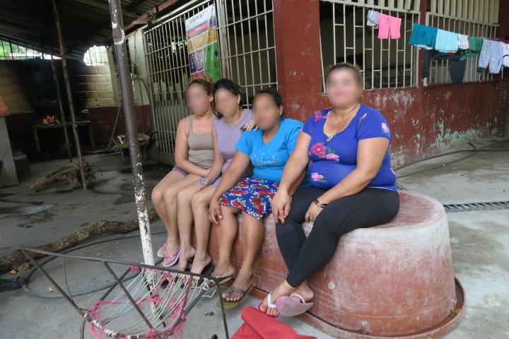 Las centroamericanas Alma, Nolvia, Jenny y Zoila ven pasarlos días mientras esperan refugiadas en un albergue de la ciudad de Tapachula. Foto\Ángeles Mariscal
