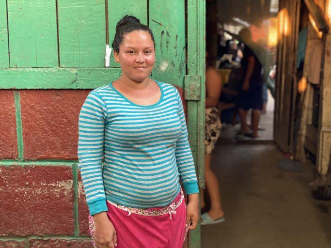 Norma Valentina Calero, de 20 años,  vende en el Mercado Oriental  en Managua, uno  de  los  más  grandes  comercios  de  Nicaragua,  adonde  el  gobierno  ha  sido cuestionado por no tomar medidas para evitar el contagio del virus. Foto\Houston Castillo